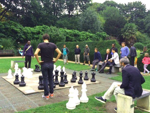 Jugando al ajedrez en Holland Park